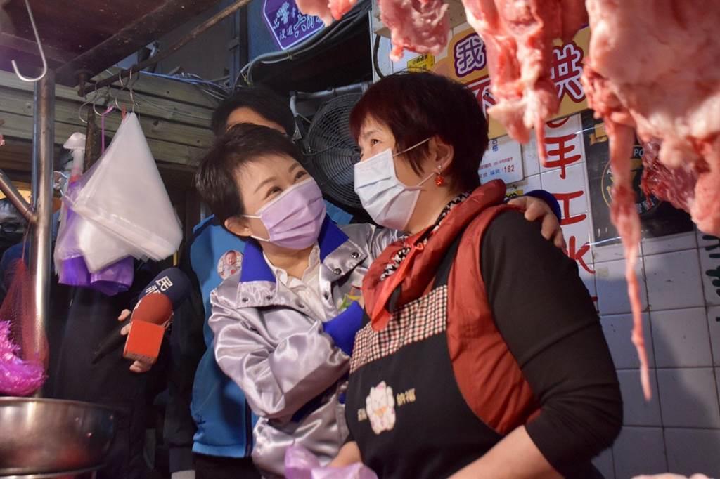台中市長盧秀燕曾到第二公有零售市場,為攤商大力推銷市場各項新鮮水產、蔬果、肉品。(盧金足攝)
