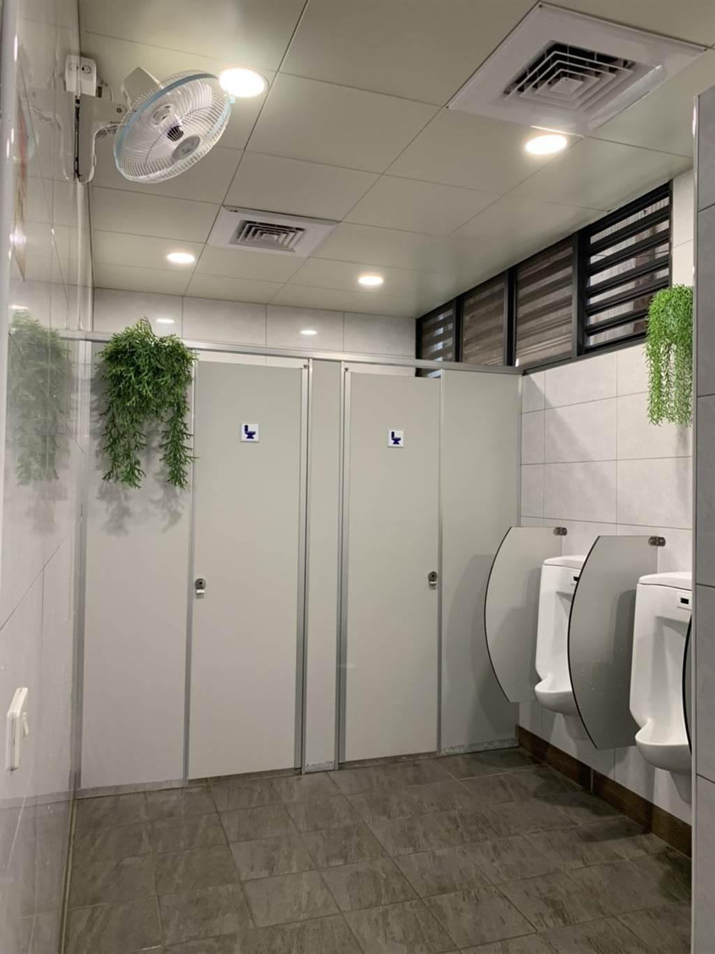 台中市豐原市場公廁整修後,乾淨美觀又實用,美化菜市場公廁,民眾按讚。(盧金足攝)