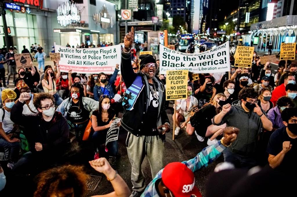美國非裔男子佛洛伊德遭白人前警官蕭文壓頸後喪命,陪審團20日宣判蕭文三項重罪全部有罪,紐約民眾上街慶祝。(圖/路透社)