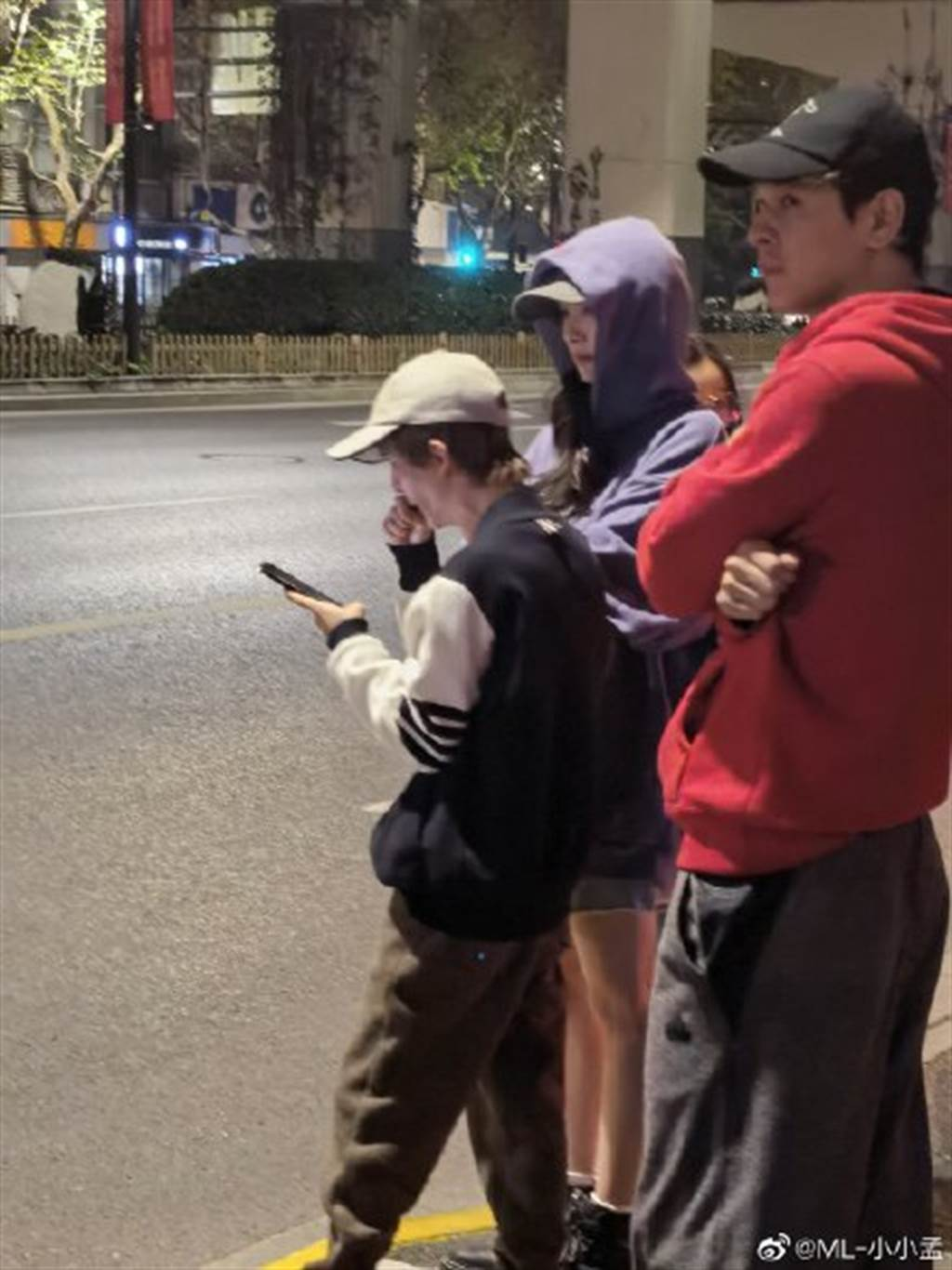 楊冪和郭敬明在路邊的身影被捕捉。(圖/翻攝自新浪娛樂)