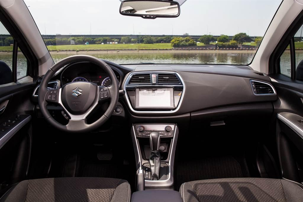 車內布局也維持原有樣貌,僅車載主機改為標配7吋觸控螢幕。
