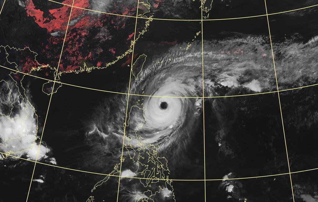 隨著舒力基北上逐漸遠離,明後2天(21-22日)距離台灣最近,外圍環流水氣會替台灣東半部來不少降雨。(氣象局提供)