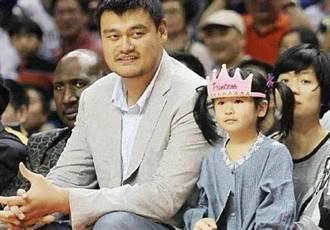 姚明帶女兒出門一動作網讚爆 10歲姚沁蕾暴風抽高比肩成年人