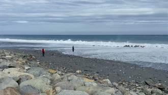 海濱公園2遊客遭巨浪拍打至礁岩 多處擦傷