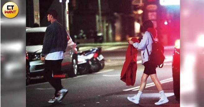 飽餐一頓後,紅隊眾人不急著返家休息,轉往夜店續攤。(圖/本刊攝影組)