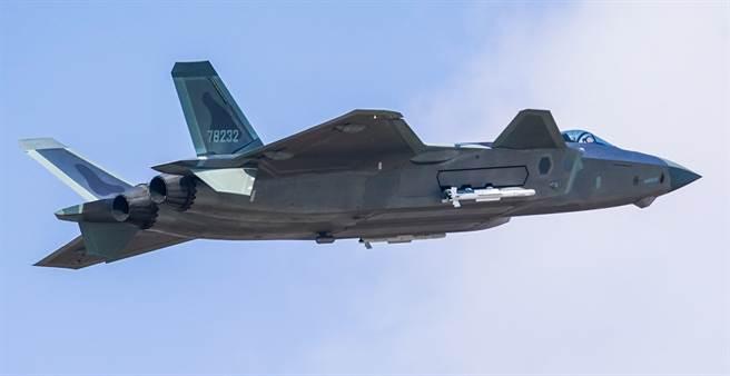 解放軍殲-20戰機2019年10月19日進行掛彈飛行展示的畫面。(新華社)
