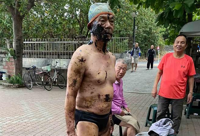 男子18日清晨在西子灣晨泳,上岸後身體沾滿黑色油漬。(記者翻攝)
