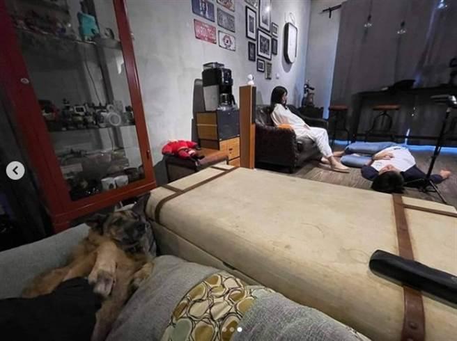 夏宇童坐在沙發,孫協志則躺在地上,被網友笑說根本是日常放閃。(圖/IG@夏宇童)