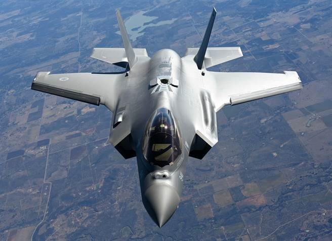 美國空軍F-35戰機2021年2月24日在奧克拉荷馬州廷克空軍基地(Tinker Air Force Base)上空準備受油的畫面。(美國空軍)