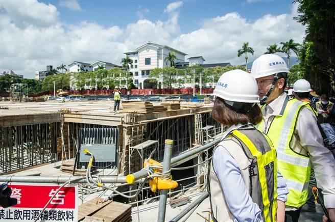 宜蘭縣長林姿妙今天視察「礁溪國小地下停車場新建工程」,工程預計今年底完工,可提供358席車位。(宜蘭縣政府提供/李忠一宜蘭傳真)