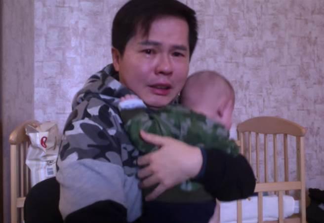 寻找乌克兰的代孕母亲,困了三个月,父亲在大洋中哭泣:不愿与婴儿分开