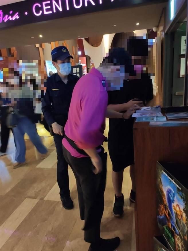 捷運警察隊接獲民眾手機遺失,經2小時詢問,最後在南港站附近的影城尋獲,民眾對員警表現感激不已。(圖:警方提供)