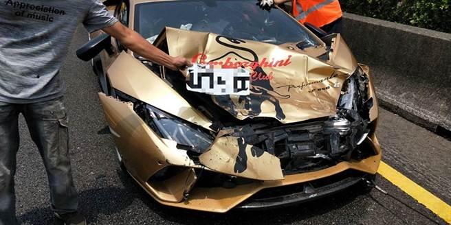 國道一號南向311.3公里安定段21日上午11時36分傳出3車追撞事故,價值上千萬的藍色、金色藍寶堅尼跑車疑似競速撞上銀色日產轎車。(讀者提供/劉秀芬台南傳真)