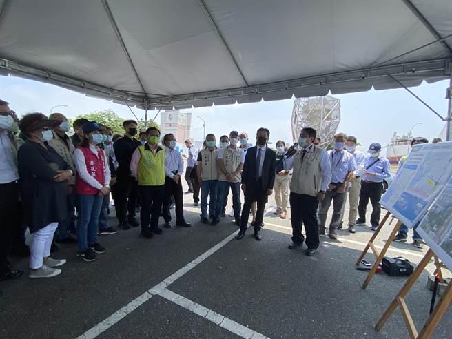 台南安平漁港跨港大橋將於今年動工興建,預計2025年完工,立法院交通委員會今日南下考察。(曹婷婷攝)