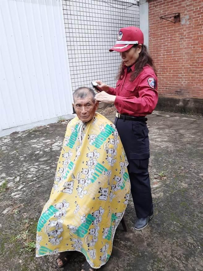 吳綉絹因曾經從事家庭美髮,對於剪髮有十足的技術,不定期替蘆竹區低收入戶民眾義剪。(姜霏翻攝)