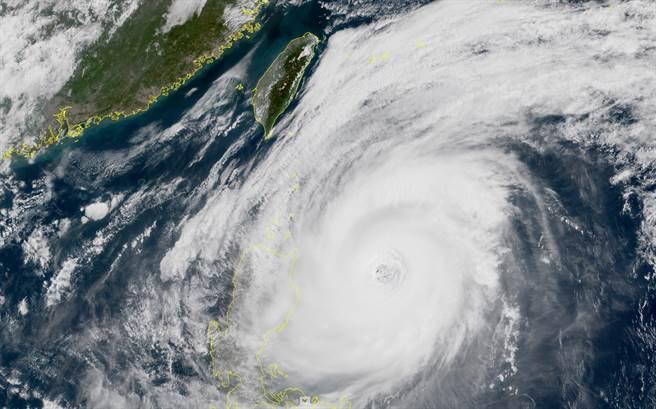 舒力基颱风外围水气开始移入台湾东部海域,今天下半天起东半部、基隆、恒春半岛有下雨机率。(翻摄自 台湾颱风论坛|天气特急脸书)