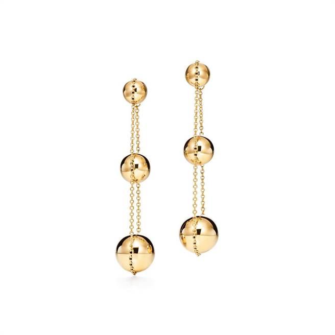Tiffany HardWear 18K金三層垂墜式球形耳環,12萬元。(Tiffany & Co.提供)
