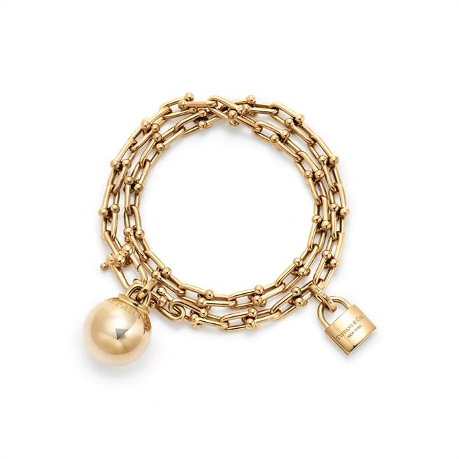 Tiffany HardWear 18K金垂墜球形與鎖扣雙圈手鍊, 31萬4000元。(Tiffany & Co.提供)