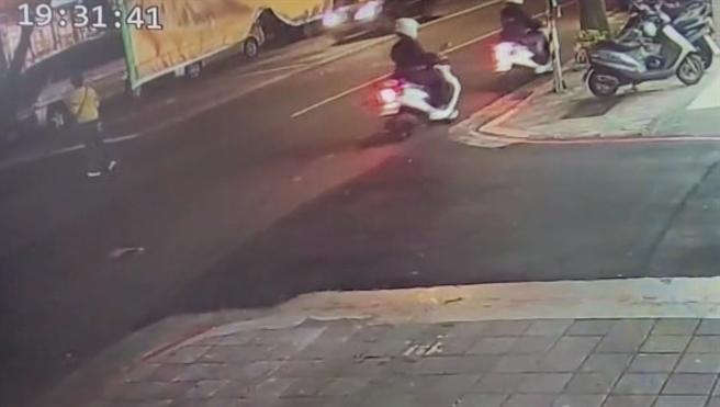 警方追捕闖紅燈的女通緝犯。(警方提供)