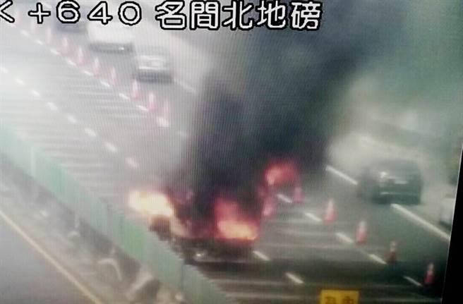 名間鄉國道3號北上235.6公里路段,21日下午發生火燒車,巨大濃煙數公里遠就可目睹,令人怵目驚心。(翻攝國道高速公路局網站)
