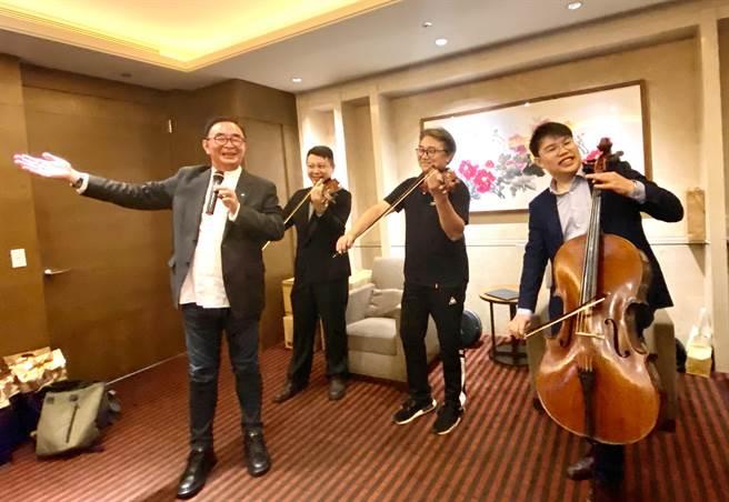 麗明營造董事長吳春山(左)參與演唱,用音樂做公益,盼音樂會讓更多人體會到音樂的力量。(盧金足攝)