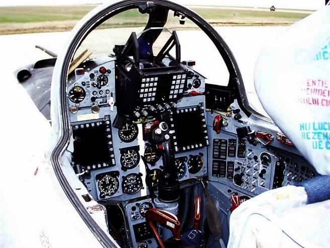 羅馬尼亞升級後的MiG-21LanceR座艙。(圖/RoAF)