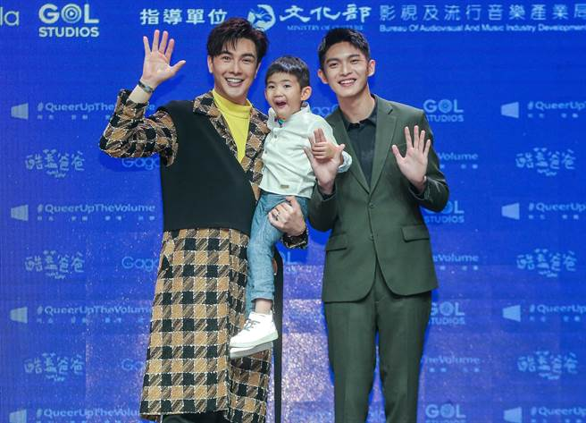 謝佳見與林輝瑝在《酷蓋爸爸》中飾演育有一個兒子的同志伴侶。(粘耿豪攝)
