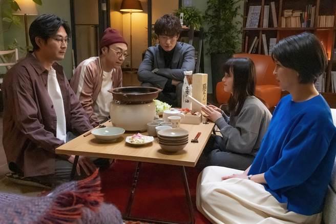 松隆子(右起)和女儿丰嶋花、前夫冈田将生、角田晃广、松田龙平共进晚餐。(friDay影音提供)