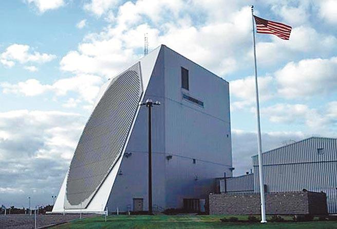 共機飛西南空域已常態化,為彌補監控死角,軍方將增設新型預警雷達,加強偵監距離,圖為我國向美採購的長程預警雷達「鋪路爪」(pave-paws)。(攝影中心摘自美國科學家協會網站)
