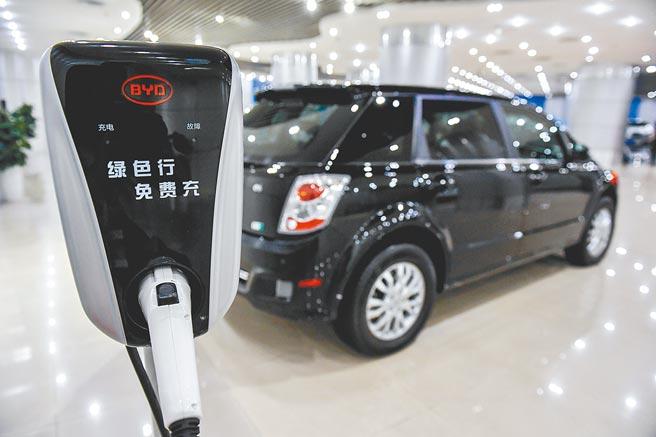 2021年前3個月,中國的電動汽車銷量較去年同期增長近2倍,達到51.5萬輛。圖為比亞迪公司的新能源汽車和充電樁。(新華社)