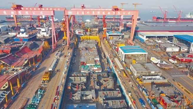 北船與南船合併為中國船舶集團後,可以讓大陸航母建造速度加快。圖為中國船舶集團旗下船塢內連續搭載總裝的首製大陸國產大型郵輪。(中新社)