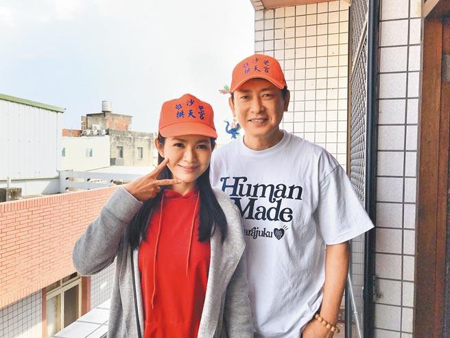 星卉(左)19日在白沙屯重逢15年没见的前师兄王识贤。(林淑娟摄)