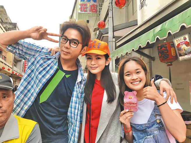 星卉(中)19日在白沙屯巧遇陈子强(左)与演员林奕妘。(林淑娟摄)