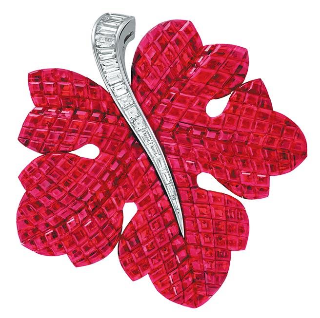 梵克雅寶Feuille de Vigne胸針,隱密式鑲嵌紅寶石、鑽石,3380萬元。(Van Cleef & Arpels提供)