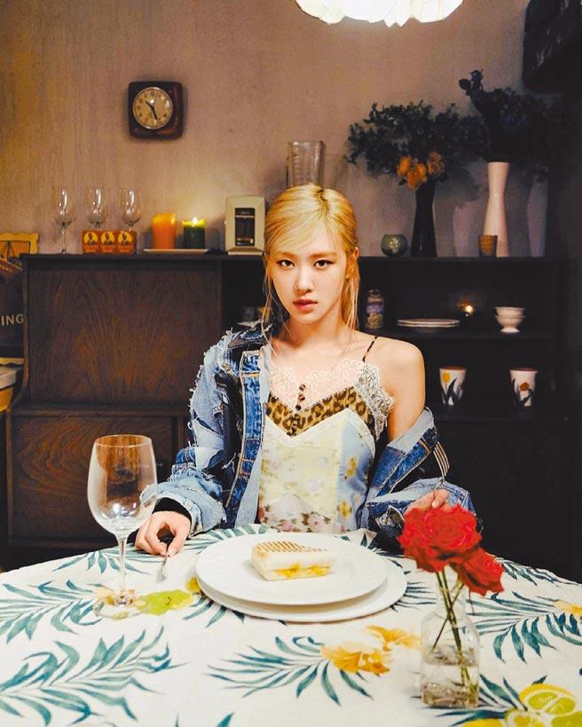 Blackpink Rose在個人單曲MV預告中,身穿BLUMARINE春夏豹紋花卉蕾絲拼接上衣搭配牛仔外套獨自用餐,散發慵懶氛圍。(翻攝自IG)