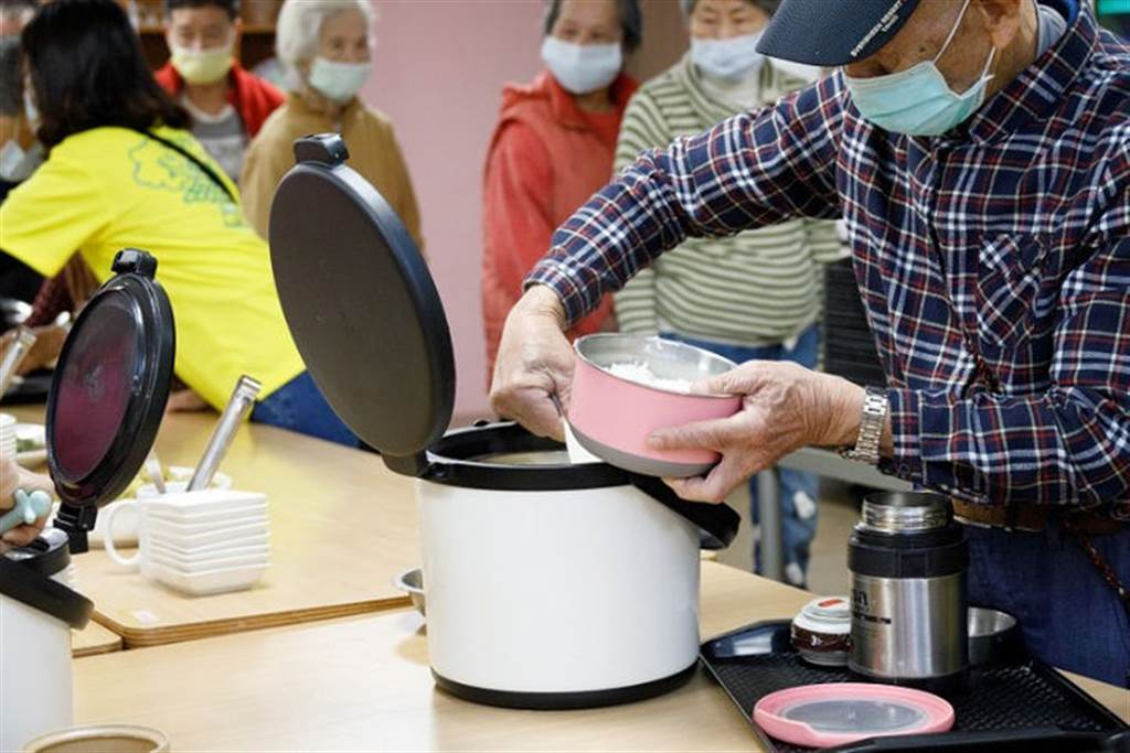 錸德基金會設置的日照中心秉持減法照顧,讓失能者凡事自己來,例如盛飯打菜也是。(圖片/康健雜誌提供 陳弘璋攝)