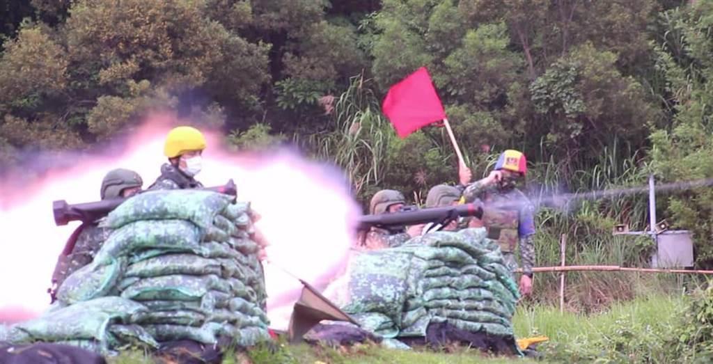 紅隼反裝甲火箭部署東、南沙曝光,目前已有60名射手藏灘頭伏擊,圖為憲兵快反連實彈射擊演練。(翻攝憲兵指揮部臉書)