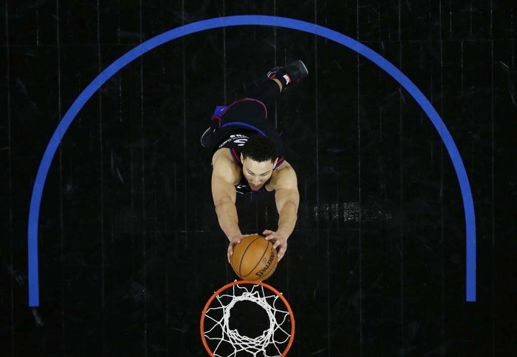 NBA最高控衛西蒙斯飛身灌籃。(美聯社資料照)