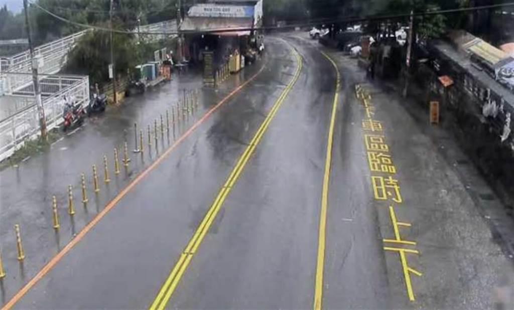 舒力基颱風接近,加上午後熱對流發展,南投清境農場今天下午突然下起大雨。(翻攝公路總局即時影像)