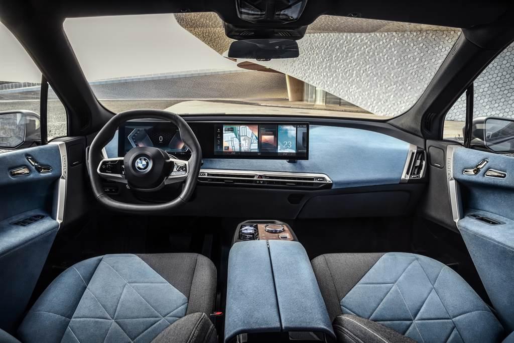 BMW將iX車室視為生活空間的延伸,以一體式曲面液晶顯示幕搭配北歐豪華設計家居般的座椅內裝鋪陳與全景式玻璃車頂,展現前衛豪華的獨到品味。