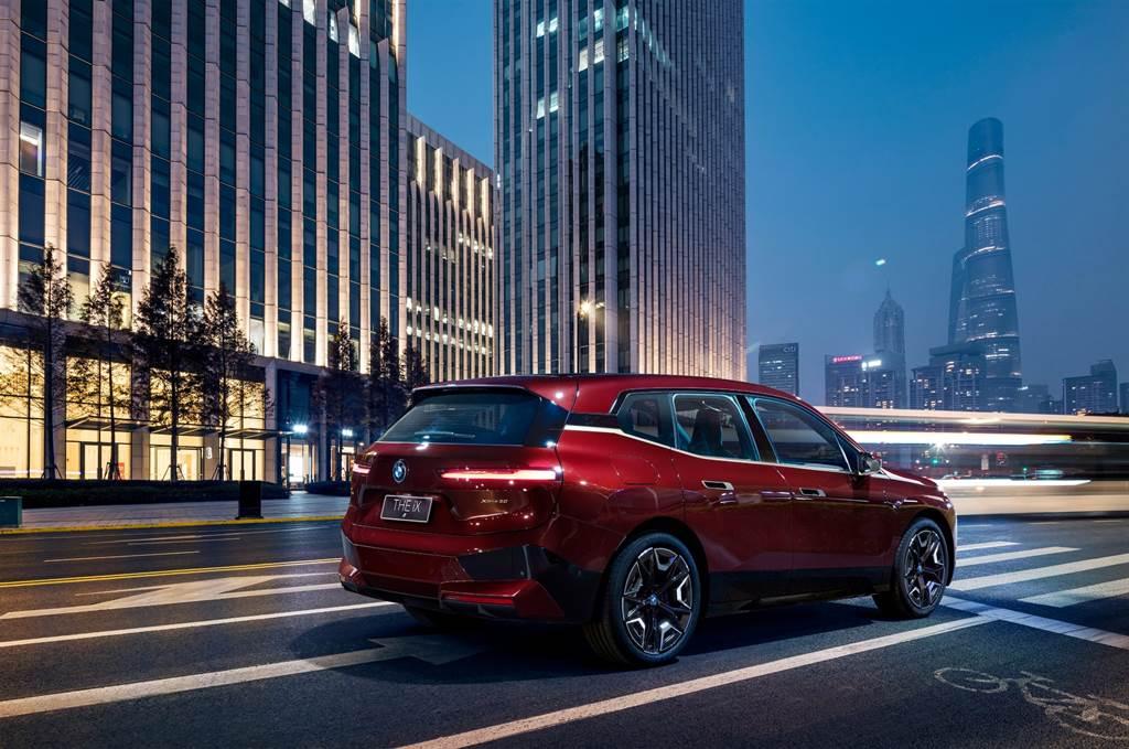 BMW iX xDrive50擁有超過500匹最大馬力輸出,0-100km/h加速在5秒內就能完成,最高續航里程更能達到600公里,使用BMW i高速充電站只需要10分鐘即可迅速補充行駛120km所需要的電量。