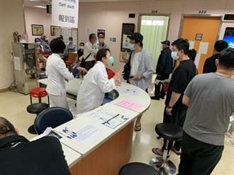 自費疫苗開打 聖母醫院湧入上百民眾搶打疫苗