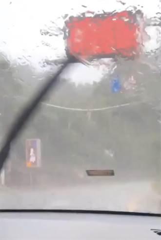 清境山區下大雨挾帶冰雹 民眾淋雨也樂透了