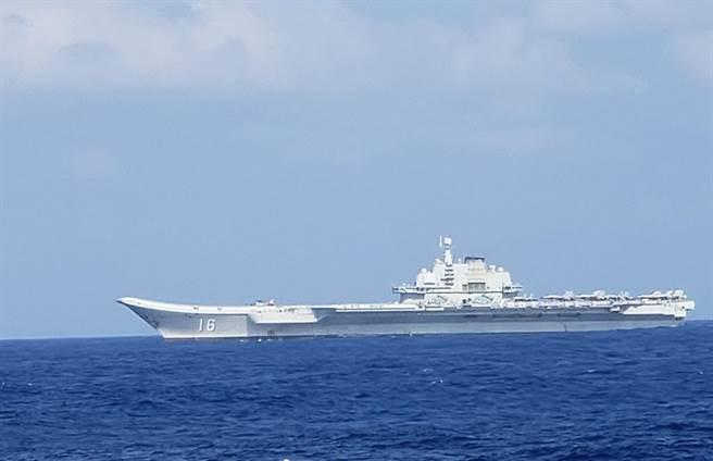 解放軍遼寧艦編隊在南海演訓,美方派出至少3艘柏克級驅逐艦圍觀跟監。(圖/網路視頻截圖)