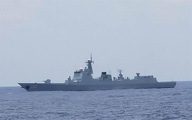 圖為遼寧艦航母編隊內052D導彈驅逐艦成都艦正在南海為遼寧艦護航。(圖/微博)