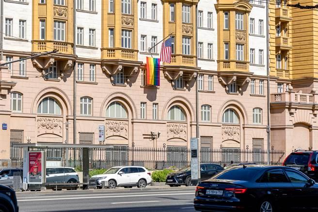 俄國21日再列10名美外交人員為不受歡迎人物,須於5月21日前離俄。圖為美駐莫斯科使館外觀。(圖/Shutterstock)