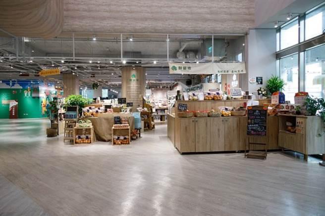 新竹縣身障中心一樓設有複合式商場,可去網美餐廳內用餐、喝咖啡,也能向身障店員購買冰淇淋。(圖/康健雜誌提供 陳弘璋攝)