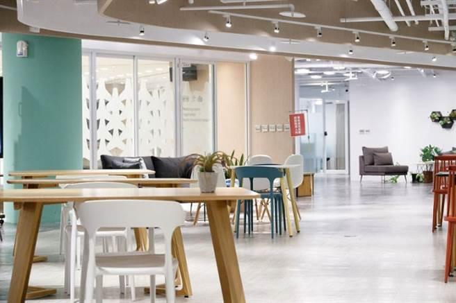 新竹縣身障中心的3樓是創客中心,開闊的公共辦公室吸引大新竹地區、和高齡產業相關的多元團隊進駐。(圖/康健雜誌提供 陳弘璋攝)