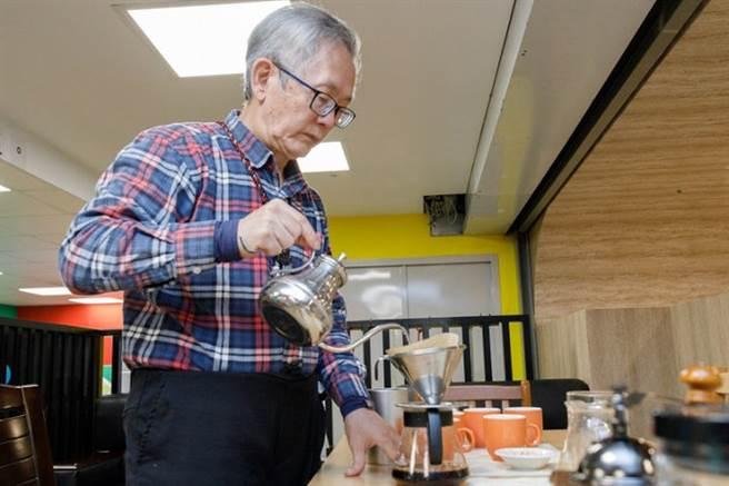 年輕型失智者吳老師從磨豆開始,自己沖泡咖啡請記者享用。(圖/康健雜誌提供 陳弘璋攝)