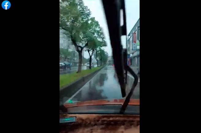 宜蘭羅東下大雨。(圖/翻攝自爆怨2公社)